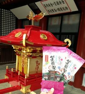 天満宮のおみこしを背景に、幸せます笑顔米パッケージの写真